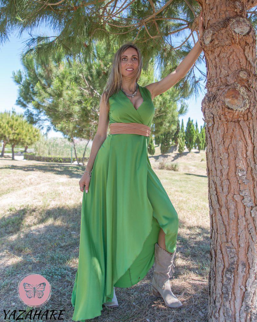 YAZAHARE (1). Eva en un vestido verde, foto para tienda online en Valencia.