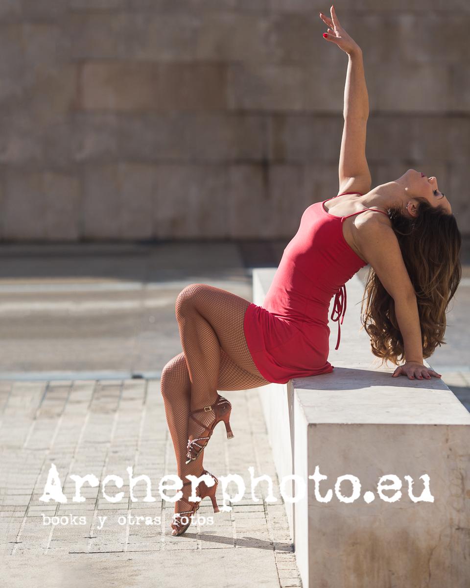 Andrea Vidaurre, bailarina, bailando en la calle, imagen de Archerphoto, fotografo