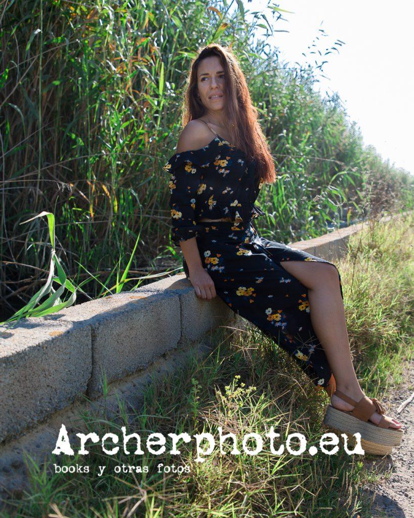 Laura, 2019 (3), retrato de Laura en la marjal, sentada sobre un muro, por Archerphoto, fotografos Valencia, books para modelos.