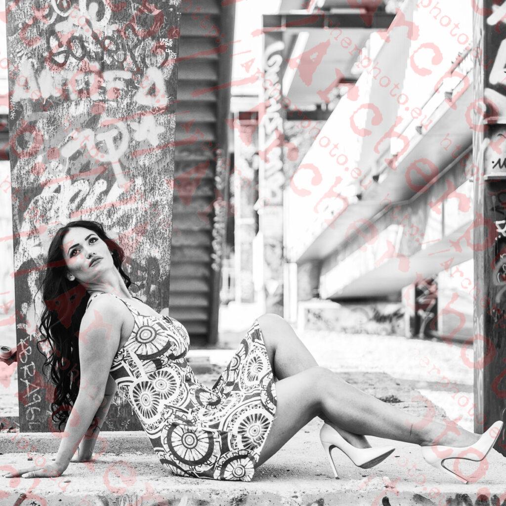 Mirela, 2020 (7) , Mirela en Valencia, sentada junto a una pasarela, fotografía urbana en blanco y negro por Archerphoto, fotógrafo profesional